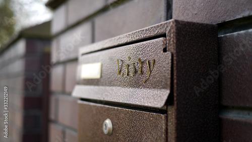 Fotografia, Obraz Skrzynka na listy na ogrodzeniu domu jednorodzinnego
