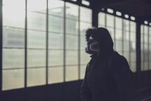 Mann Mit Atemschutzmaske In Be...