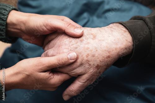 Photo Le mani di una donna danno forza e conforto e quelle di un anziano signore