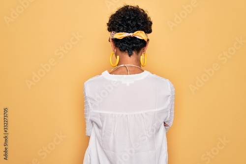 Photo Young beautiful african american afro hippie woman wearing sunglasses and access