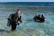 Młoda dziewczyna przygotywywuje się do nurkowania