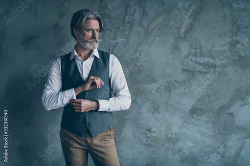 Photo Portrait of stunning old dandy man adjust button sleeves prepare for work job me
