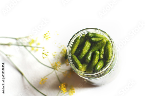 Fotografia jar with pickled cucumbers on a white background