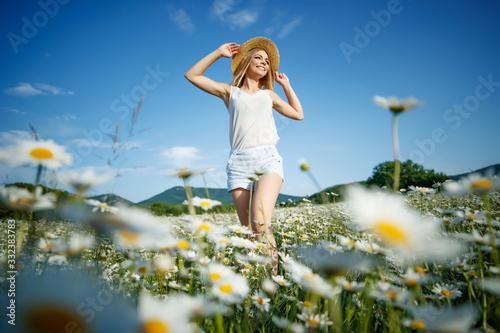 Carta da parati Woman in a field with flowers
