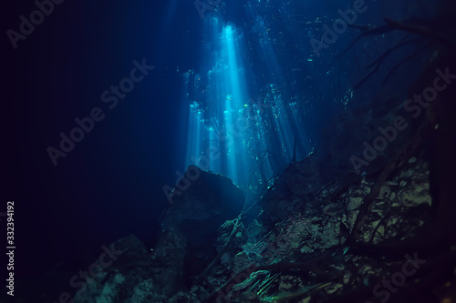 Fotografia underwater landscape mexico, cenotes diving rays of light under water, cave divi