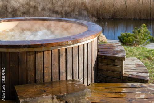 Foto How water swirling in wooden hot tub outside in nature