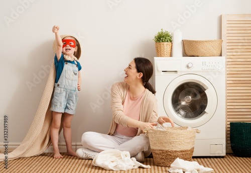 Photographie family doing laundry