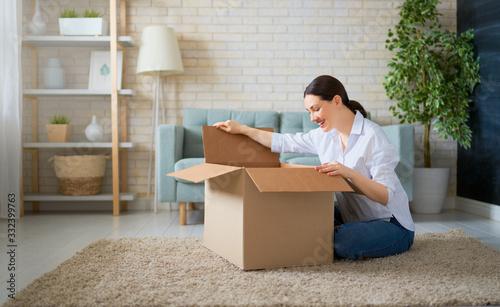 Canvastavla woman is holding cardboard box