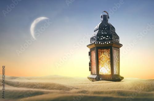 Photo Ornamental Arabic lantern with burning candle