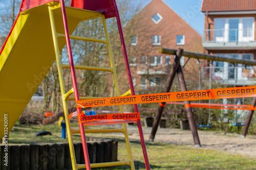 Kinderspielplatz gesperrt wegen dem Corona Virus Fototapete