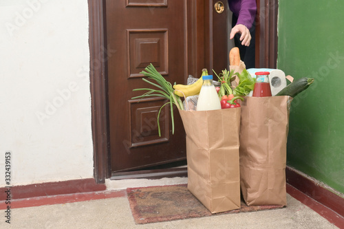 Obraz Delivering Food To A Self-isolate Woman - fototapety do salonu