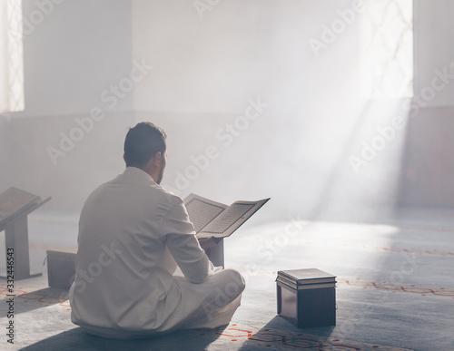 Tablou Canvas Quran - holy book of Islam mosque Muslim in mosque enuntiat Quran in Ramadan