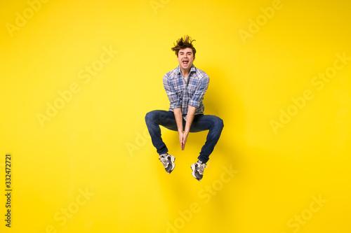Carta da parati jumping man on yellow background