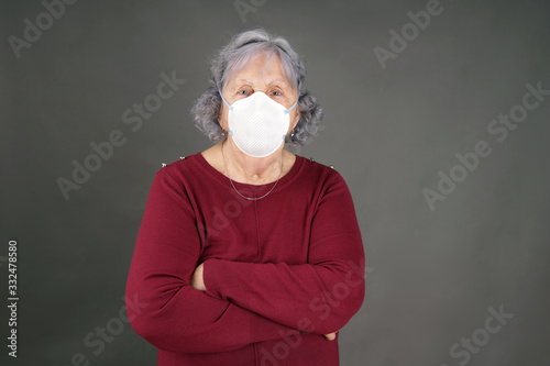 Photo Senior woman with medical mask arms crossed