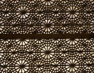 ażurowa okiennica w tradycyjny arabski wzór