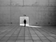 Mujer Pasando Por Una Puerta A...