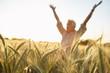paysan dans son champs de blé