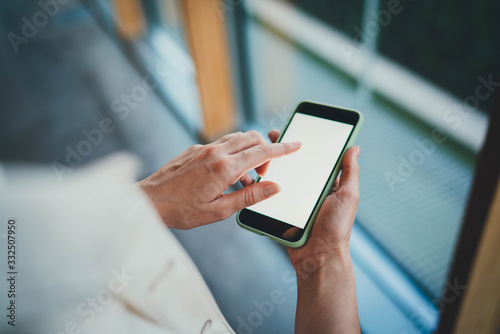 Foto Back viev photo of young businesswoman using modern smartphone with blank screen