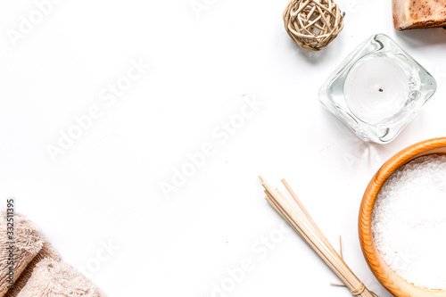 Foto bathroom salt and natural soap for spa on white background top view mock-up