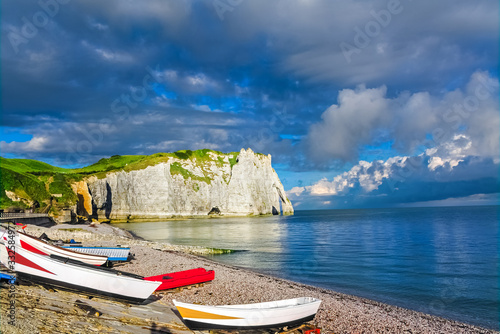Photo Beautiful cliffs Aval of Etretat, rocks and natural arch landmark of famous coas