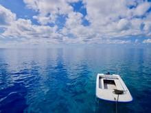 穏やかな海に浮かぶボート