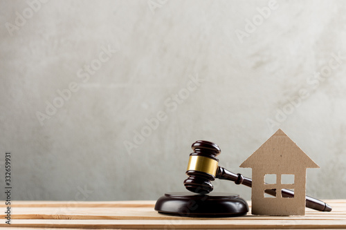 Photo Real estate sale auction concept - gavel and house model