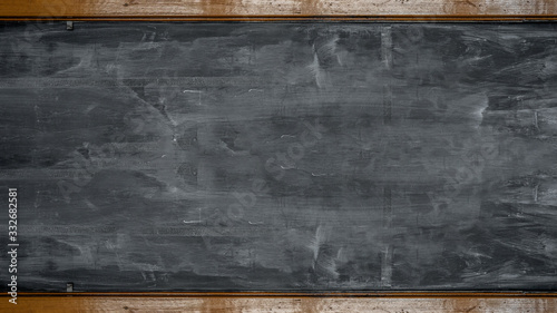Carta da parati Empty blank old anthracite blackboard with wooden frame and space for text