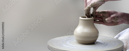 Fotografia hands making ceramic cup