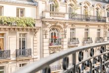 Vue D'un Balcon Sur Des Immeubles Parisiens