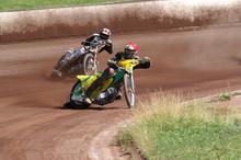 Zwei Speedway Fahrer In Der Ku...