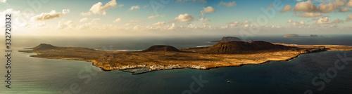 isla  con sus montañas Canvas Print