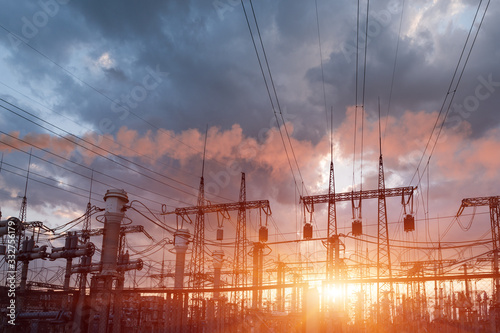 Foto Thermal power stations and power lines during sunset.