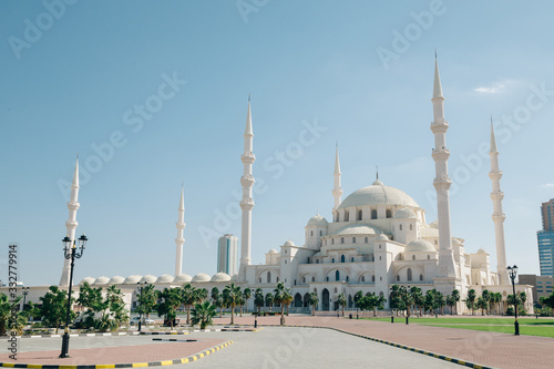 Photo Empty Fujairah Mosque at sunny day