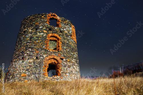 Fotografia Ruiny wiatraka holenderskiego, stary wiatrak holenderski, cegła , kamień