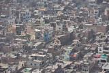 Fototapeta Do pokoju - インドのラジャスタン州のジャイプル 山の上のナルガール要塞から見た街並み 密集するレンガ造りの古い建物と住居