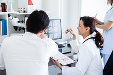 CT画像の結果を確認する患者と医師