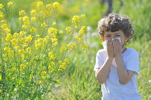 Photo Little European caucasian  children  has allergies from flower pollen, boy has r