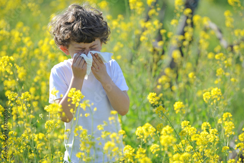 Photo Little European caucasian  children  has allergies from flower pollen, boy has r