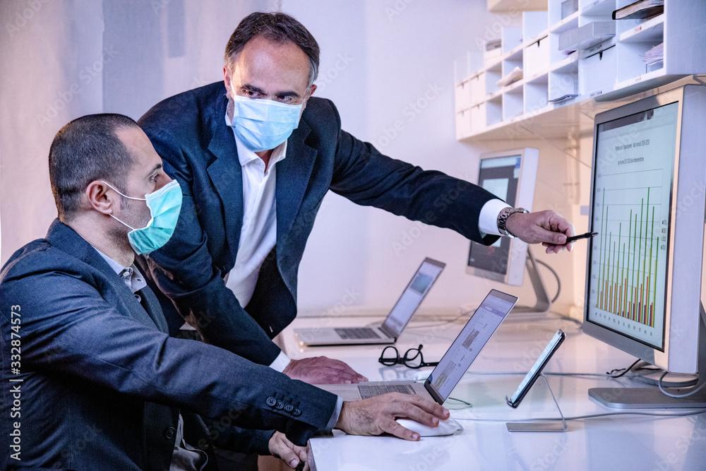 Fototapeta coleghi in ufficio controllano i dati in un monitor nel loro ufficio