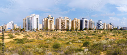 Photo Panorama of a new residential area with modern houses and a large landscaping of the territory of the city of Holon in Israel