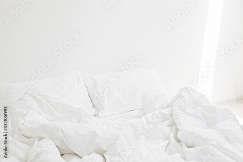 Valokuva Cozy white bed in the morning