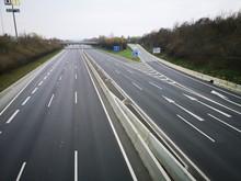 Wegen Corona - Leere Autobahn ...
