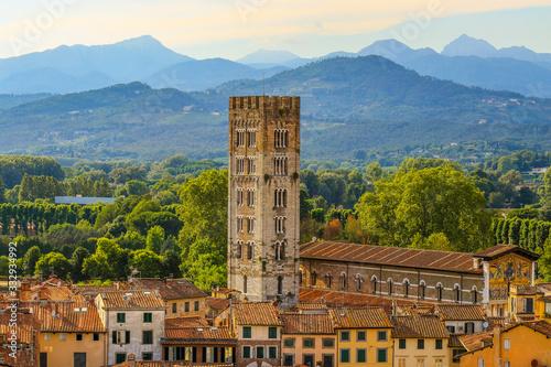 Obraz Nahaufnahme eines Turmes in der historischen Stadt Lucca in der wunderschönen Toskana  - fototapety do salonu