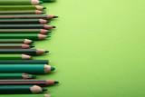 Fototapeta Tęcza - ZIelone kredki na zielonym tle