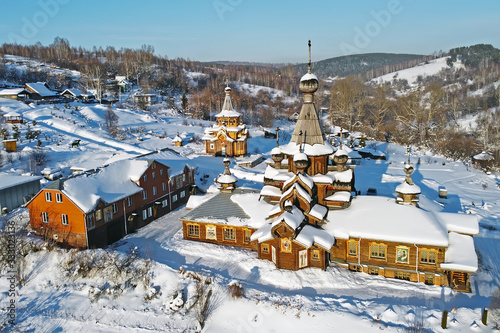 Photo Wooden Church of John the Warrior in the winter with the copter