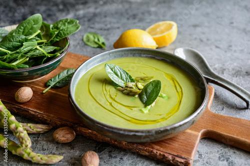 Fototapeta Creamy asparagus and spinach soup in a ceramic plate obraz