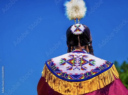 Cuadros en Lienzo Closeup shot of a person in an Asian colorful festive regalia