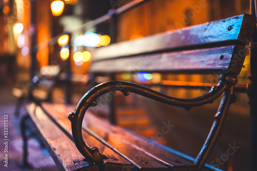 Photo Wooden bench in the city space at night