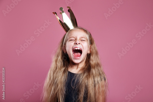 Shouting little girl in crown on pink background Canvas-taulu
