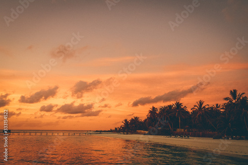 Cloudy sunset on the beach Fototapet